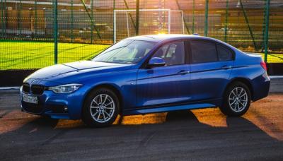 Mobil Sedan Biru