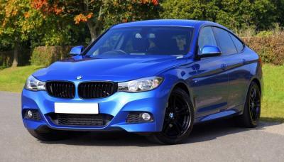 Mobil Sedan BMW Biru Tampak Samping Kiri