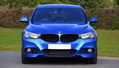 Mobil Sedan BMW Biru Tampak Depan