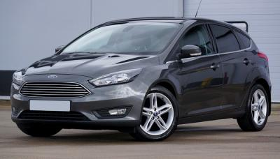 Mobil Sport Ford Hitam