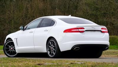Mobil Sport Jaguar Putih
