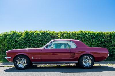 Mobil Klasik Mustang Merah