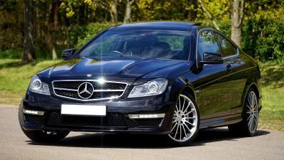 Mobil Sedan Mercedes Hitam