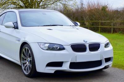Mobil Sedan BMW Putih